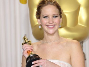 Ne trouvant pas d'endroit approprié pour disposer l'Oscar qu'elle a remporté il y a quelques mois elle a décidée de le donner à ses parents ! jennifer-lawrence-oscarisee-pour-son-role-dans-happiness-therapy_exact810x609_l-300x225